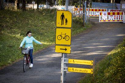 Kontinkankaan kohdalla Kajaanintiellä pitää nyt koukata alikulun kautta – torstaina moni kiersi esteet ja pyöräili väärään suuntaan autotiellä