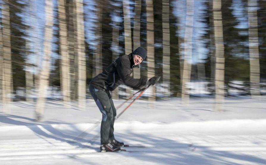 Mikko Harju hiihtää perheensä ihmettelystä huolimatta Tervahiihdon kuninkuusmatkan. Suksien olympiatason voiteluapu takaa vauhdikkaan menon.