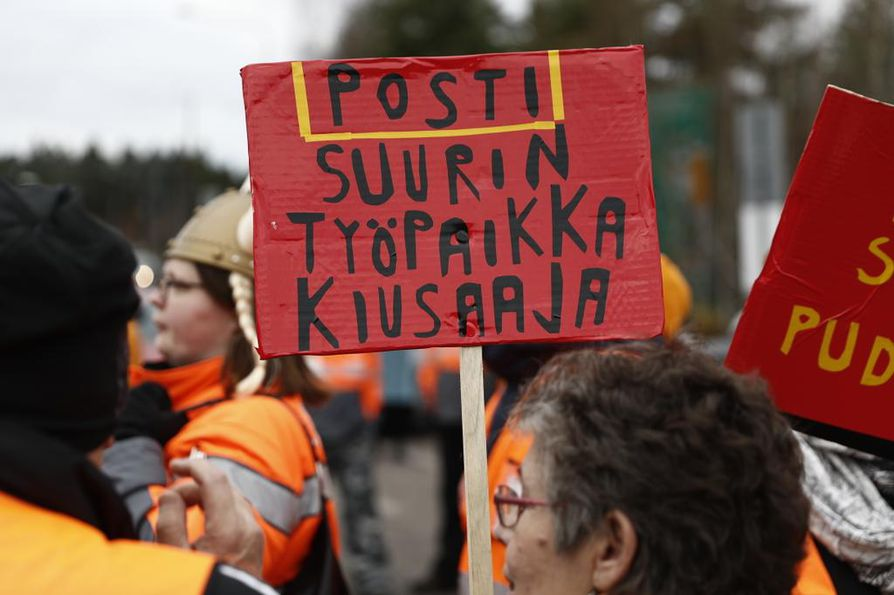 Arviolta pari sataa postilaista osallistui mielenosoitukseen työehtojen romuttamista vastaan tiistaina, lakon toisena päivänä.