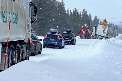 Tiellä 21 Muoniossa rekan nostaminen ojasta aiheutti haittaa liikenteelle