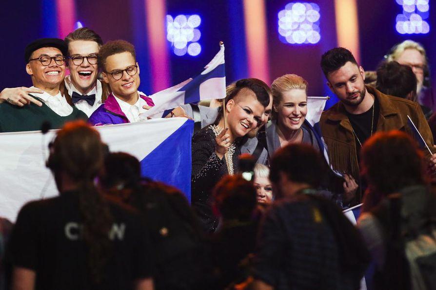 Saara Aalto pääsi Euroviisujen finaaliin muun muassa Tshekin Mikolas Josefin (2. vas.) kanssa.