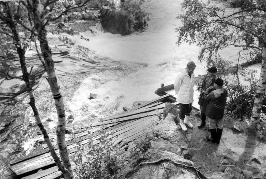 """Matti Ahde oli 1980-luvulla Suomen ensimmäinen ympäristöministeri, joka jo silloin ajoi päästörajoituksia. Nyt ilman epäpuhtauksien saaminen hallintaan on hänen mielestään se kaikkein tärkein tehtävä, jotta maapallo voidaan pelastaa tuleville sukupolville. Peli ei ole silti vielä menetetty. Ahde lainaa ympäristönsuojelun puolestapuhujaa, kuuluisaa simpanssitutkija Jane Goodallia: """"Niin kauan kuin on toivoa, on maailmassa kaikki hyvin."""""""