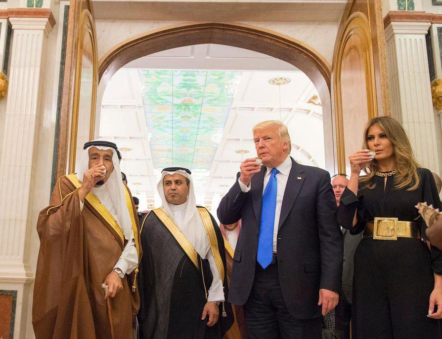 Donald Trumpia ja hänen puolisoaan Melania Trumpia isännöi Saudi-Arabian kuningas Salman (vas.)