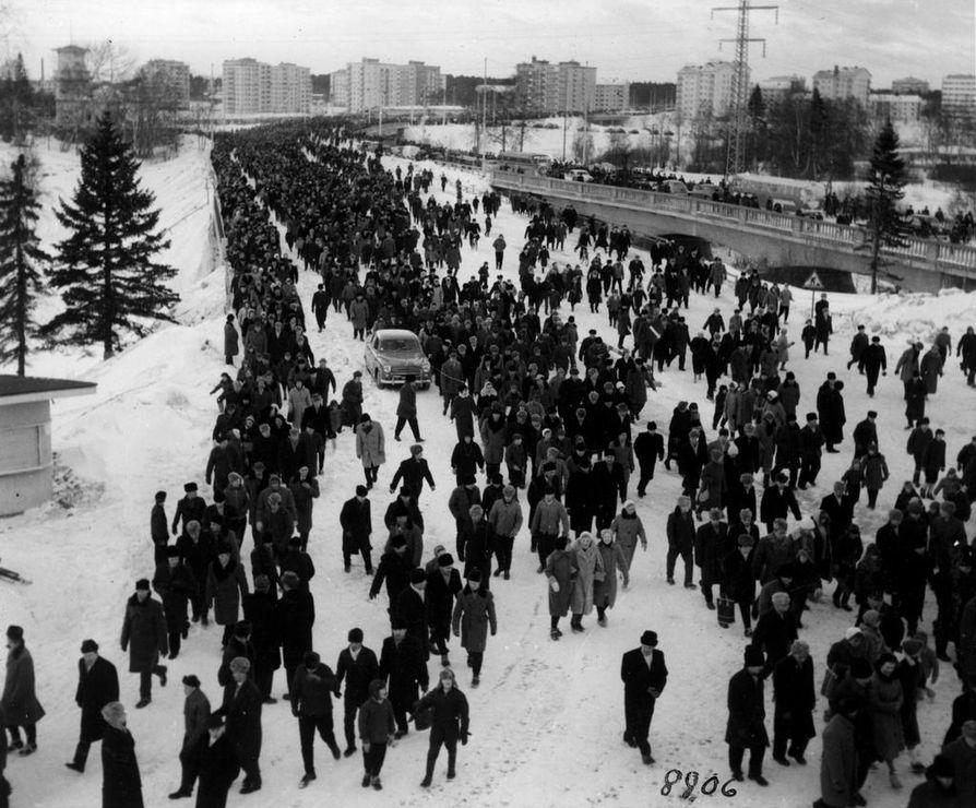 """Noin 15 000 katsojaa purkautui Ämmänväylän sillalta Oulun keskustan suuntaan, kun Suomi–Neuvostoliitto-jääpallopeli oli päättynyt  lauantaina 21. Neuvostoliitto voitti pelin 5-2 """"kiistattomasti"""", kuten Kaleva otsikoi."""