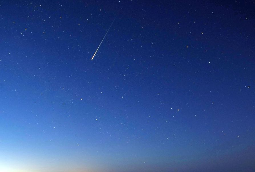 Jos taivas paljastuu pilvestä, lähiöinä voi nähdä tähdenlentoja.