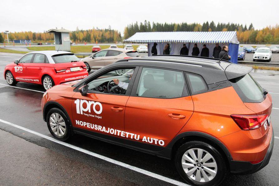 Kevyt- tai nuorisoautojen prototyyppejä on testattu Porissa ja Nokialla. Liikenteessä autot merkittäisiin T1-luokan rekisterikilvellä ja hitaan ajoneuvon varoituskolmiolla. Auto saisi painaa 1¿500 kiloa, sähköauto enemmänkin.