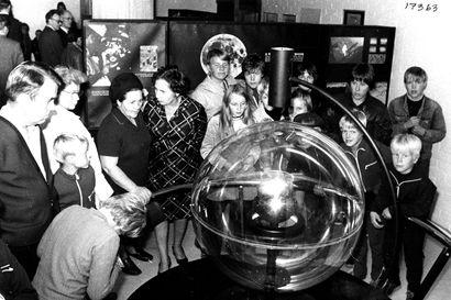 Vanhat kuvat: Kuukiviä, kuuluisia näyttelijöitä ja edistynyttä teknologiaa – Amerikan ihmeitä on esitelty Oulussa