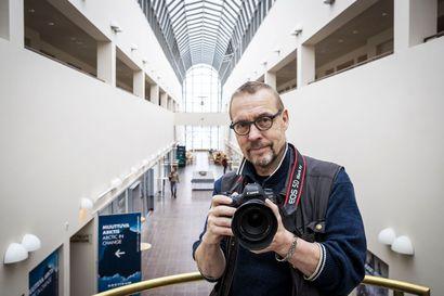 Kuvien restaurointi vie Jukka Suvilehdon flow-tilaan – museokuvaajan ura alkoi kerrostalon vessasta kemikaalihöyryjen keskeltä