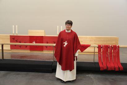 Pyhän Kolminaisuuden kirkko sai punaiset ja vihreät kirkkotekstiilit, kirkko puetaan punaiseen helluntaina