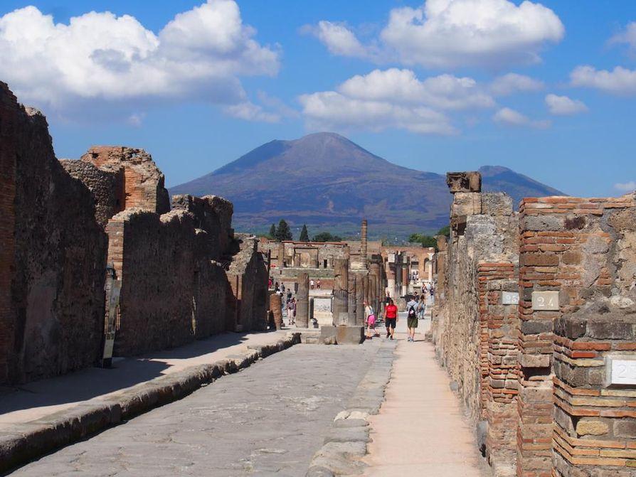 Kymmenen kilometrin päässä Pompejista kohoava Vesuvius muistuttaa 1939 vuoden takaisesta tuhosta. Kaupunkia on kaivettu esiin vuodesta 1748 alkaen. Kolmasosa on yhä maan alla.