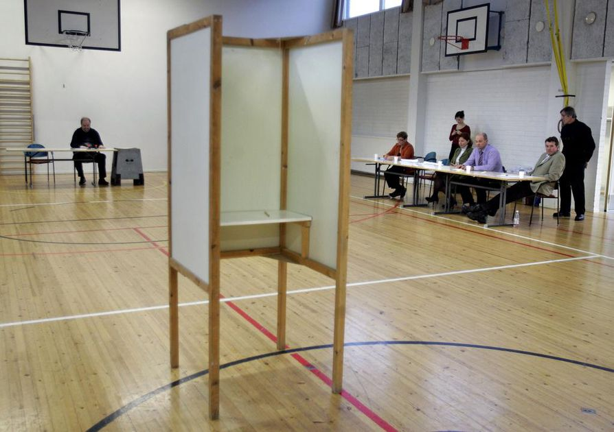 Kunnallisia kansanäänestyksiä on järjestetty runsaat 60. Useimmat ovat liittyneet kuntaliitoksiin, mutta esimerkiksi Hämeenkyrössä vuonna 2006 aiheena oli jätteenpolttolaitos.