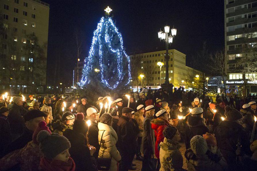 Itsenäisyyspäivän soihtukulkue valaisi Oulun keskustassa.