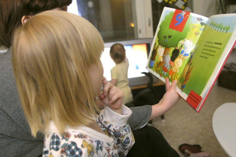 uomessa on paljon perheitä, joissa ei ole ääneen lukemisen ja satujen perinnettä. Uusi kampanja tarjoaa perheille mahdollisuuden ottaa sadut osaksi arkea matalalla kynnyksellä.