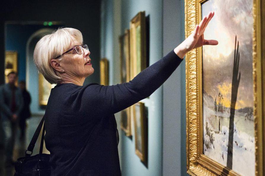 Seija Paasonen on julkaissut kirjan Taiteilijoiden taivaat meteorologin silmin, jossa hän esittelee teoksia säätieteilijän näkökulmasta.