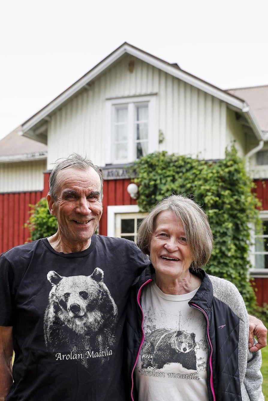 Helena ja Eero Seppänen ovat siirtäneet jo Arolan tilan yritystoiminnan seuraavalle polvelle. Kiinnostus karhuihin pitää yhä kiinni työssä.