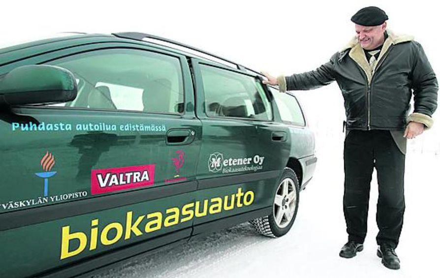 Biokaasun voimalla kulkeva menopeli kulkee kuin mikä tahansa auto, Erkki Kalmari kertoo. Jos biokaasua ei ole saatavilla, tankkiin voi laskea myös tavallista bensaa.
