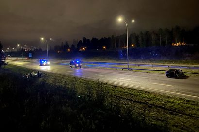 Poliisi epäilee huumeissa kaahanneen kuljettajan aiheuttaneen Pohjantien rajun kolarin – kuski menetti ohituksessa hallinnan ja syöksyi vastaantulevien kaistoille