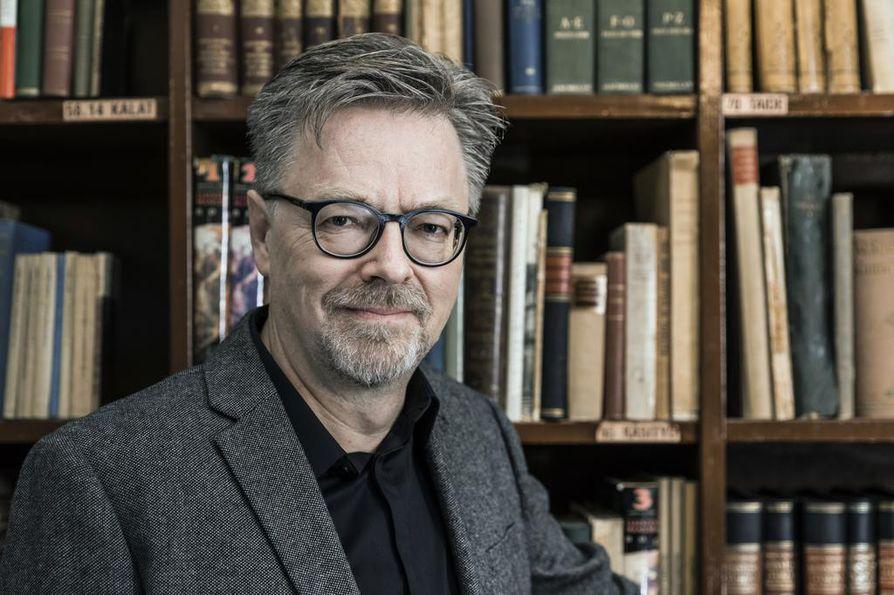 Filosofian tohtori Jouni Yrjänän teos Rahan perässä, vallan kintereillä kattaa talousjournalismin historian 250 vuoden ajalta.