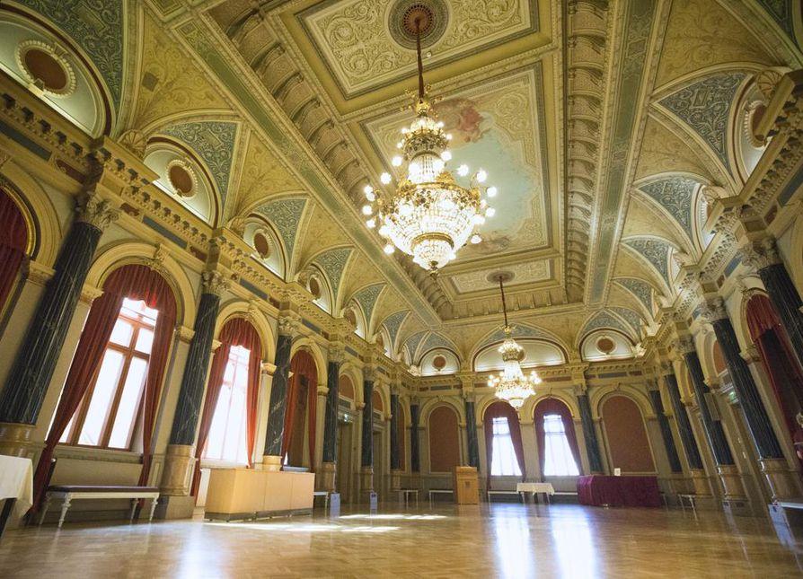 Oulun poliittisen päätöksenteon näyttämö,  kaupungintalo on menossa remonttiin. Arkistokuva.