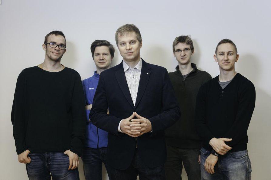 Aalto-yliopiston professorin Mikkö Möttösen (keskellä) työryhmä on löytänyt ratkaisun kvanttitietokoneiden lämmönsiirtoon.