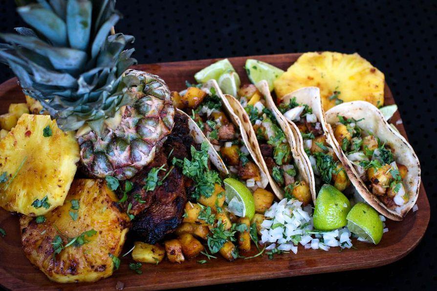 Sreetfood-suosikki tacos al pastor eli paimenen tacot yhdistää tacoihin tuoretta ananasta. Emme ole siis ainoa kansa, joka lisää suosikkiruokiinsa ananasta.