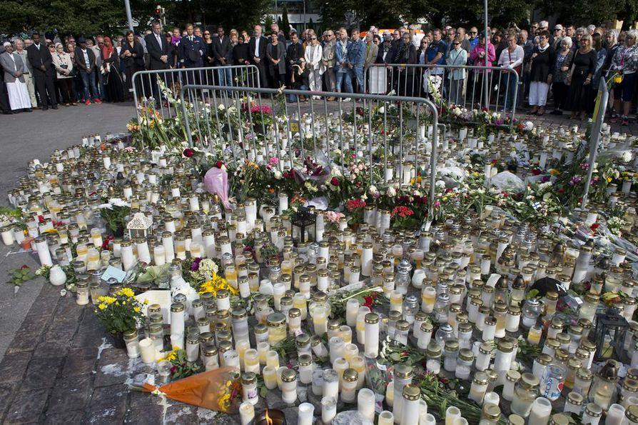 Kynttilöiden ja kukkien määrä on kasvanut koko ajan perjantain iskujen jälkeen Turun kauppatorilla.