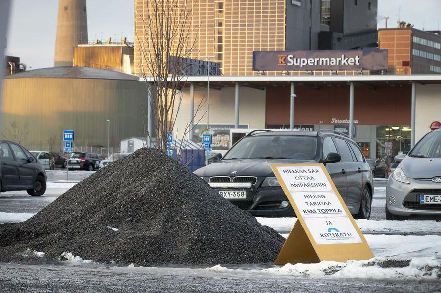 Myös Toppilan K-Supermarketin parkkipaikalta voi noutaa tavallista hiekoitussoraa ilmaiseksi.
