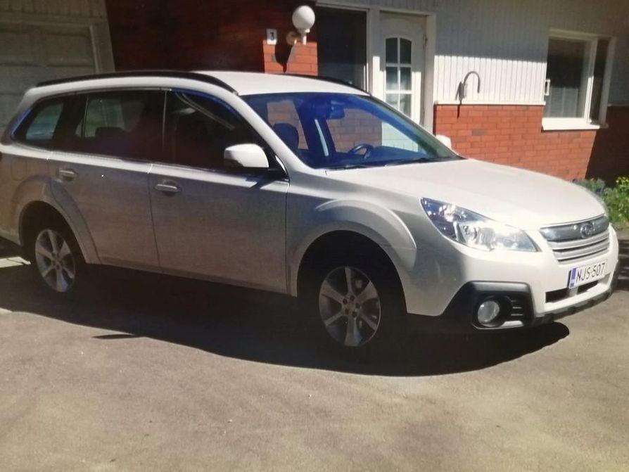 Kateissa oleva auto on Subaru Outback.
