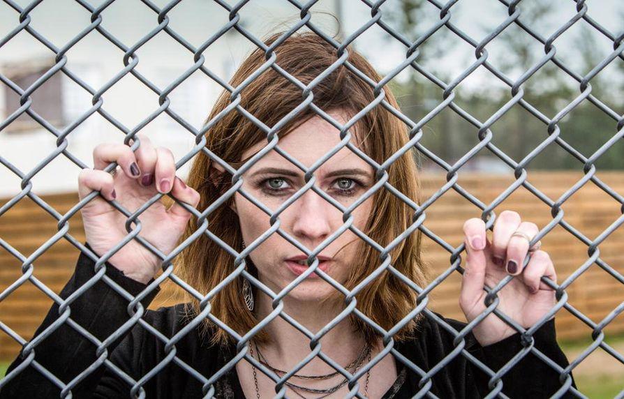 Hienostoperheestä oleva Linda (Thora Bjorg Helga) joutuu vankilaan. Miten hän pärjää toisenlaisista oloista olevien naisten parissa?