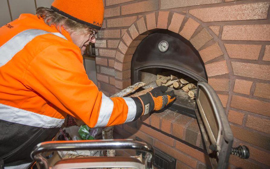Utajärveläinen Tapio Roininen käyttää puuta uunissa, kattilassa ja saunassa.