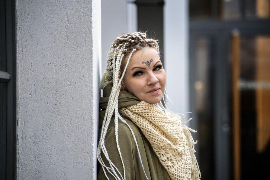 Tara Koivukoski kertoo, ettei ole löytänyt useinkaan apua suomalaisesta viranomais- tai oikeusjärjestelmästä. Pahimmissa tilanteissa avuksi ovat rientäneet ne, joilta sitä vähiten olisi odottanut: uusnatsi, katujuoppo ja liivijengiläiset.