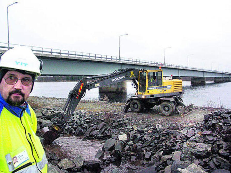 Isohaaran siltatyöt pantiin tiistaina käyntiin maatuen pohjan kaivamisella Keminmaan puoleisella rannalla. Työnjohtaja Jussi Laamasen mukaan siitä tulee samankokoinen kuin omakotitalo.