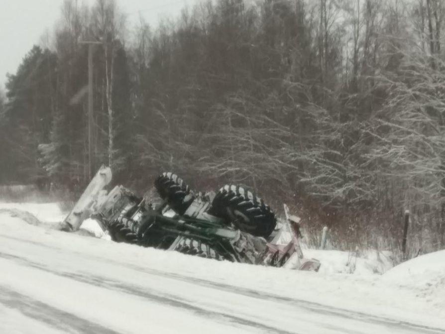 Traktori suistui tieltä Oulussa.