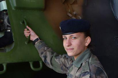 Kersantti Lucie, 19 vuotta, tiesi jo lukiossa, että hänestä tulee upseeri: Tämä kaikki naissotilailla on Ranskassa eri tavalla kuin Suomessa