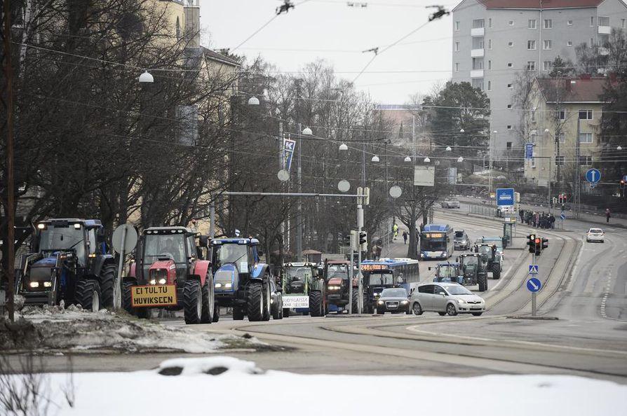 Traktoreita kulki tasaisena jonona Helsingin Mannerheimintietä pitkin.