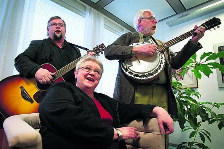 We shall overcome! Folk-yhtye Pomfelis laulaa yhtä uljaasti kuin ennenkin. Matti Partanen (vas.), Liisa Lääveri ja Jouni Suistola.