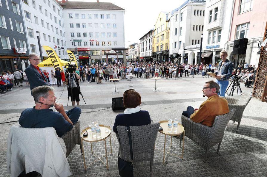 Kaleva ja Yle Oulu järjestävät lauantaina paneelikeskustelun keskellä Oulun Rotuaaria. Keskusteluun osallistuvat historioitsija Marianne Junila, lääkäri ja kirjailija Juhani Seppänen sekä kirjailija Roman Schatz.