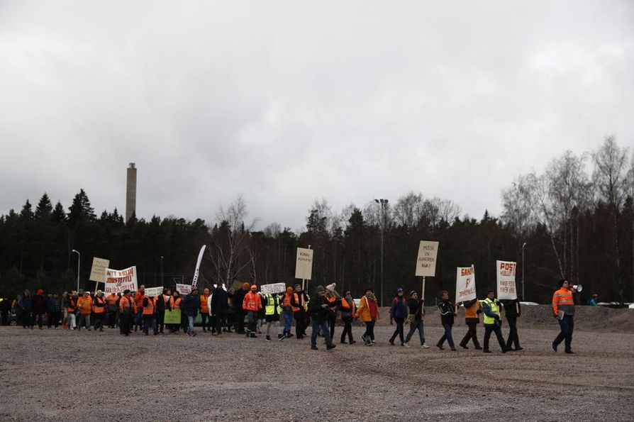 Postilaiset marssivat Helsingin Ilmalasta Postin pääkonttorille tiistaina.