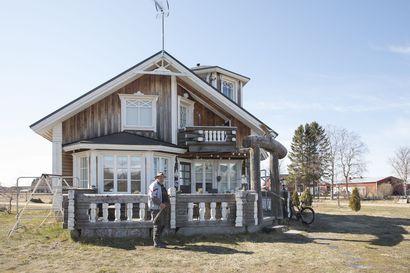 """Pyhäjokisten Aino ja Veli-Matti Tuuttilan kymmenen vuotta sitten valmistuneeseen taloon otettiin vaikutteita sukulaiskansoilta: """"Tämä on tällainen suomalais-ugrilainen talo – heimovelitalo"""""""