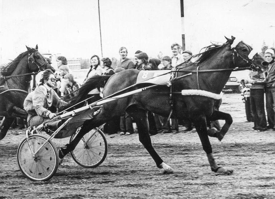 1976: Peter ja Sirpa Seppälä Kurtakon radalla.