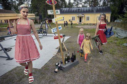 Selma ja Lulu kurvaavat pakettiautolla kylille – nuorallatanssijat Hanna Moisala ja Milla Kurronen ovat Pohjois-Pohjanmaan kiertueella