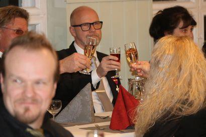 Katso tunnelmakuvia Oulaisten yrittäjäjuhlasta: Niko Ahvenlampi on uusi puheenjohtaja, Arto Hintsala lausui keksimänsä yrittäjyysrunon, Jussi Riikonen rohkaisee kehittymään