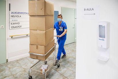 Koronatestien ruuhkat kaatuvat hoitajien päälle – Kymmentuntisen työpäivän aikana hoitaja ehtii ottaa 40 näytettä, mutta sekään ei nyt riitä