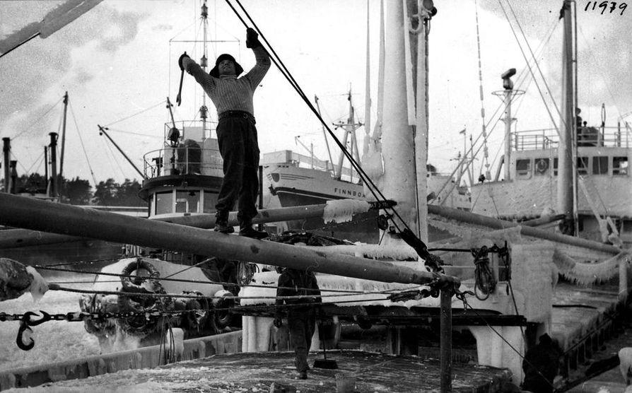 Kiintoavain passasi moneen käyttöön. Sillä saattoi hakata joulukuun pakkasilla 1962 mereltä tulleesta aluksesta jääpeitettä irti.
