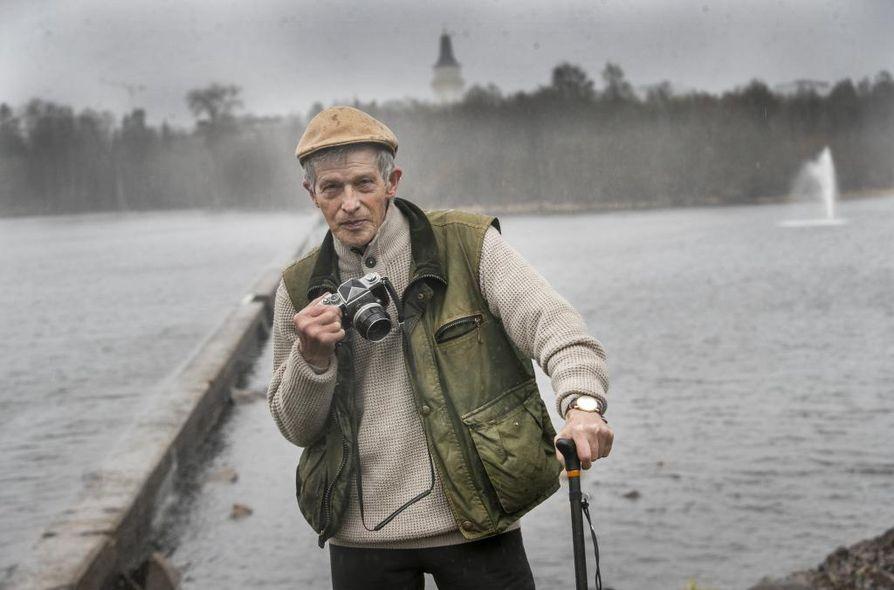 Ilkka Laine palaa 50 vuoden takaisiin tapahtumiin usein, sekä muiden kyselyjen että omien muistojensa vuoksi. Kuvassa hänellä on kädessään lähes samanlainen Nikon F1 -kamera kuin se, jolla hän otti 50 vuotta sitten kuvasarjan pikkupojan pelastamisesta kauneuspadolta.