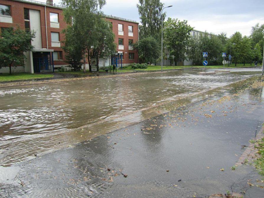 Länsi-Tuirassa vesi nousi kadulle.