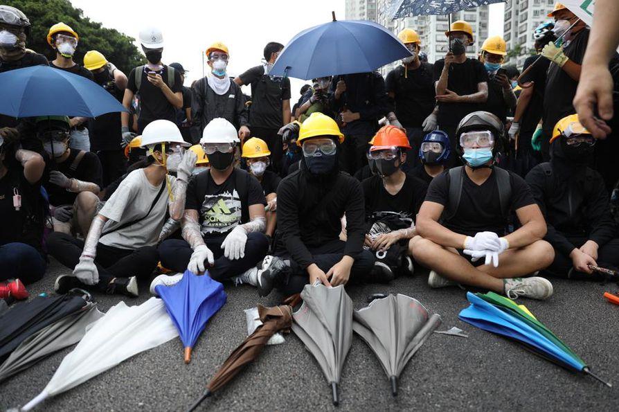 Viisi vuotta sitten hongkongilaiset aloittivat protestin, joka nimettiin sateenvarjoliikkeeksi. Varjojen avulla mielenosoittajat suojautuivat poliisin voimakeinoilta. Tänä kesänä sateenvarjot näkyvät jälleen saarivaltion katukuvassa.