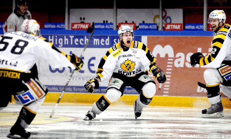Ex-kärppä Kimmo Koskenkorva huusi sydämensä kyllyydestä, kun hyökkääjä ratkaisi keväällä 2009 puolivälierien seitsemännen pelin jatkoerämaalillaan ja vei Skellefteå AIK:n Ruotsin liigan välieriin 28 vuoden tauon jälkeen.