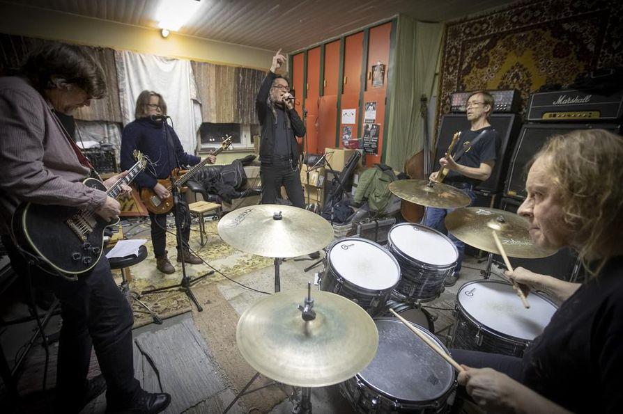 Radiopuhelimet treenikämpällään Hiukkavaarassa: kitaristi Jarno Mällinen (vas.), basisti Antti Annunen, laulaja Jyrki Mäki, kitaristi Katz (Esa Nissi) ja rumpali Jyrki Raatikainen.
