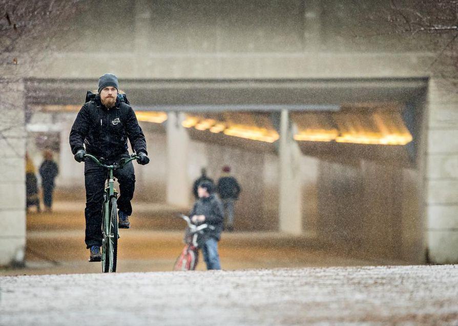 Oululainen Pekka Tahkola pyöräilee kesät talvet työmatkansa ja kaikki mahdolliset muutkin reissut. Tahkola on yksi kunnossapitoagenteista.